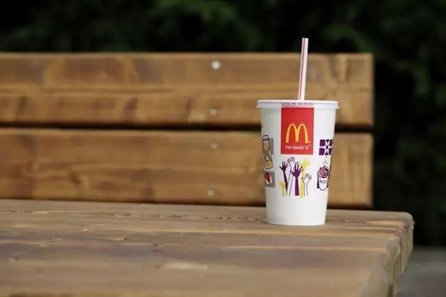 """真""""作秀"""",假""""环保""""?麦当劳承认此前推出的纸质吸管无法回收"""